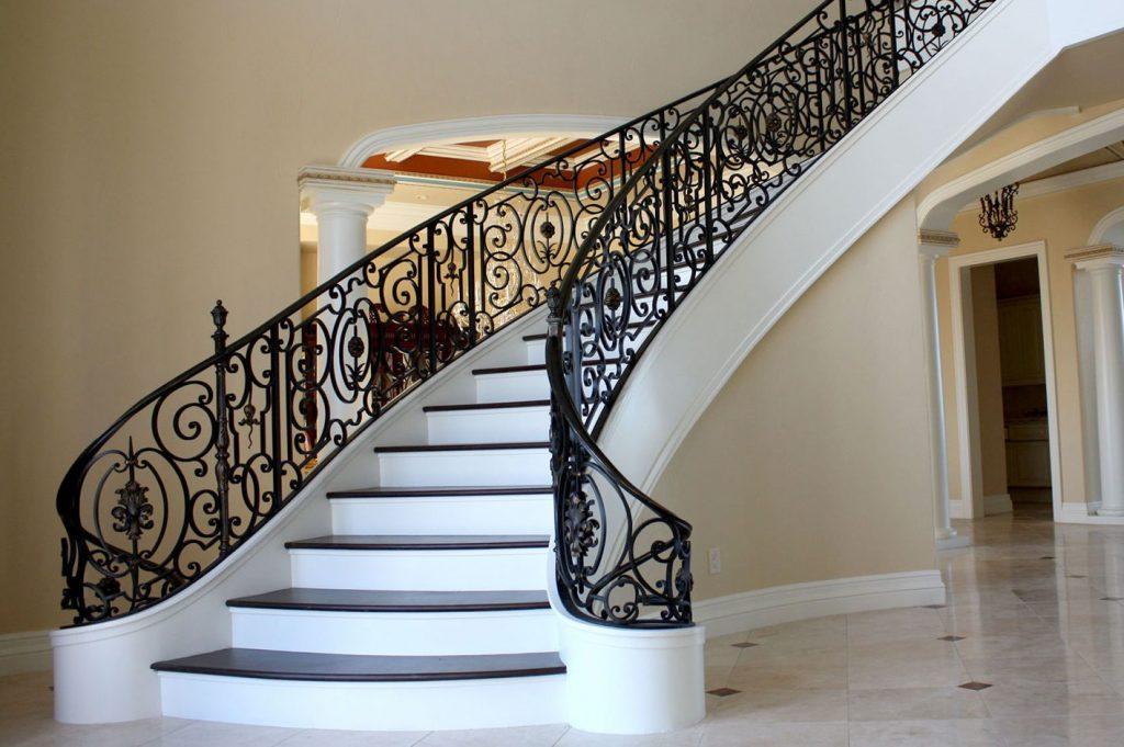 Лестница в классическом стиле с коваными перилами