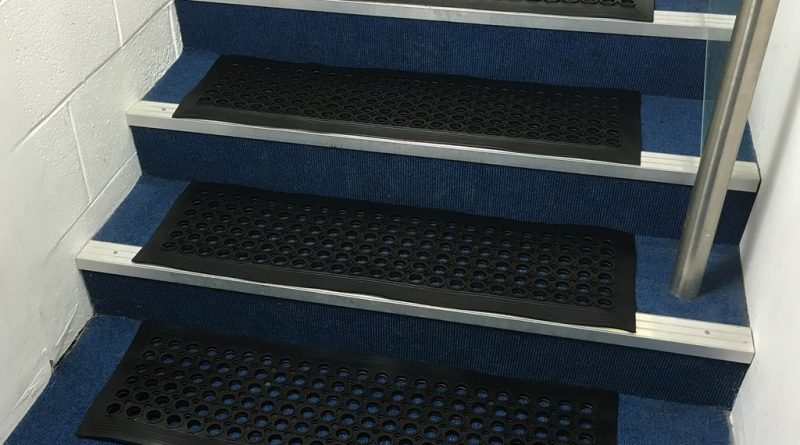 Накладки для ступеней лестницы: критерии выбора и способы укладки ковролина в фото