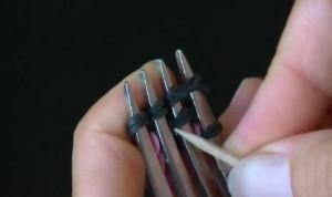 Как сплести браслет из резинок на вилке