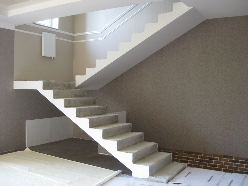 Двухмаршевая бетонная лестница