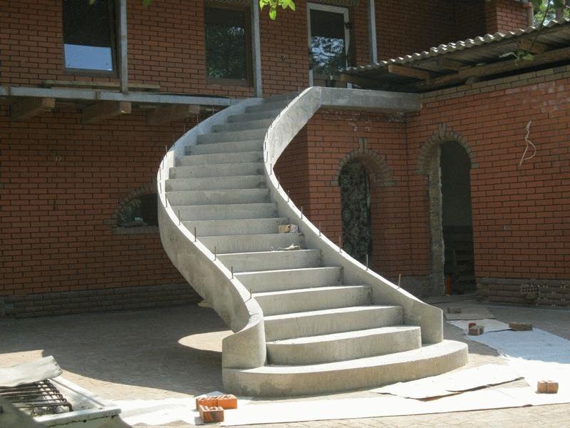 Бетонная лестница на улице