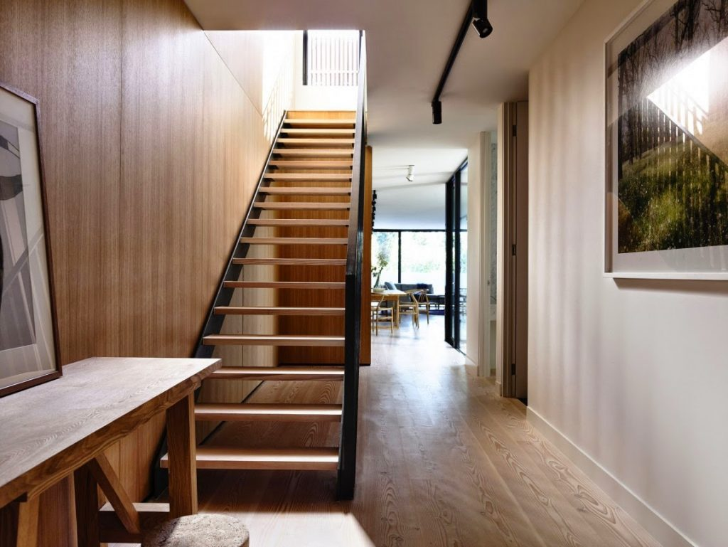 Прямая лестница в коридоре