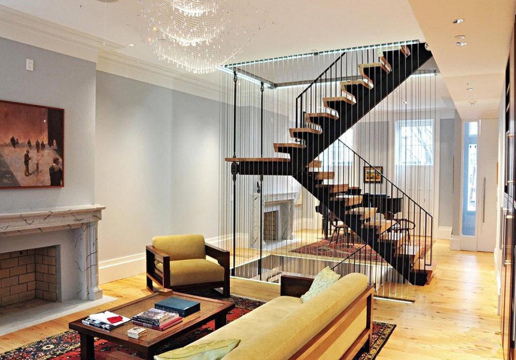 Где расположить лестницу в гостиной