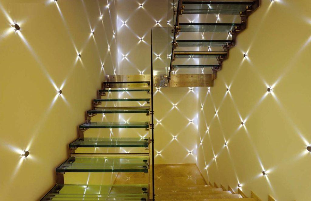 Точечная декоративная подсветка лестницы