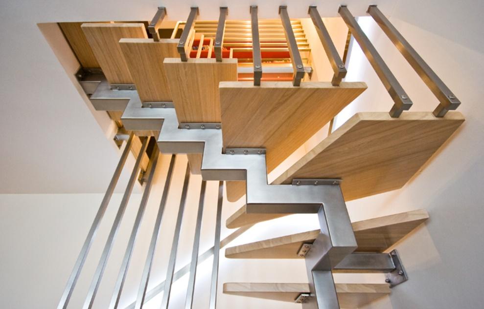 Лестница на ломанном косоуре из профильной трубы