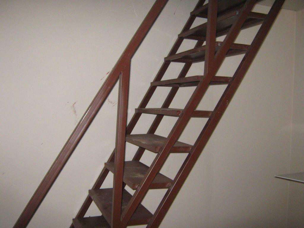Металлическая лестница для подвала
