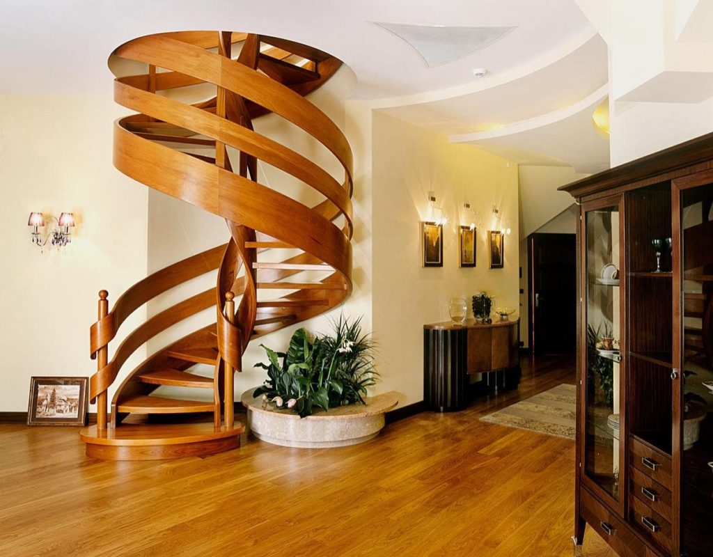 Винтовая лестница в гостиной