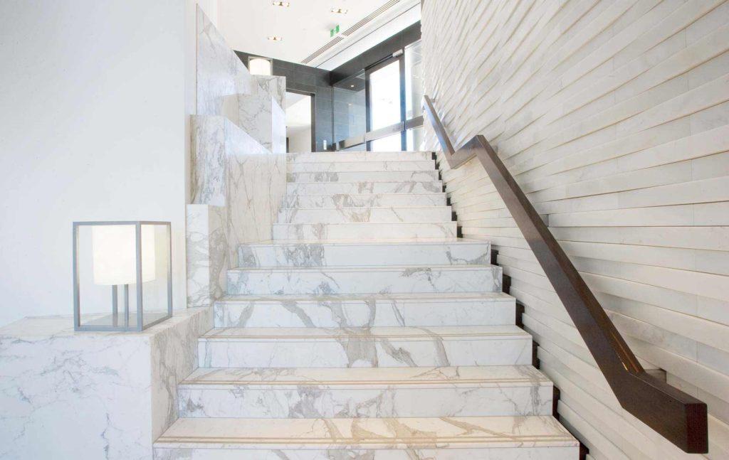 Лестница из белого мрамора