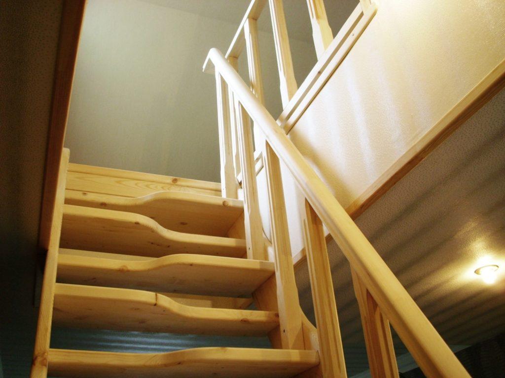 Лестница из дерева утиный шаг