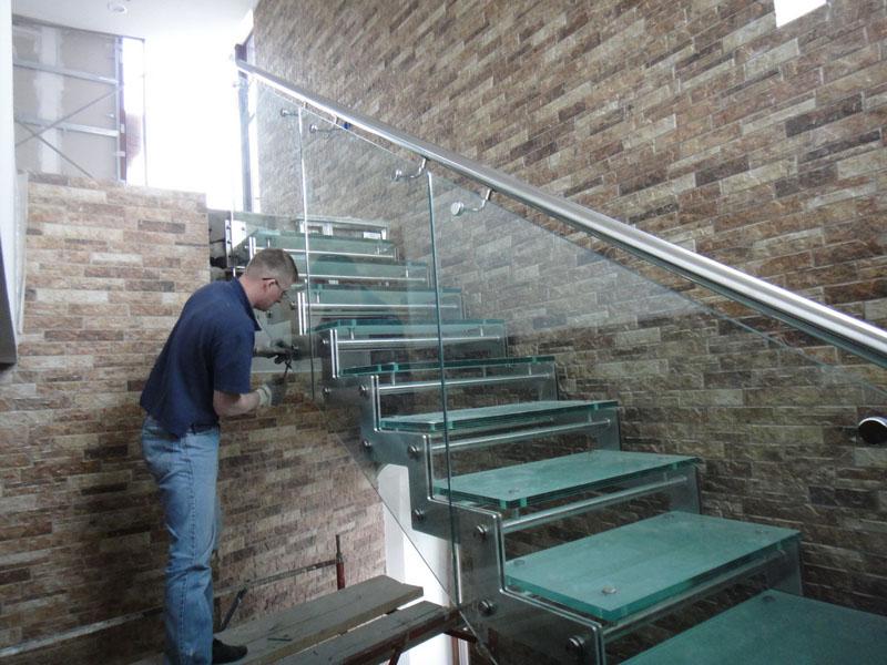 Плюсы и минусы стеклянных лестниц