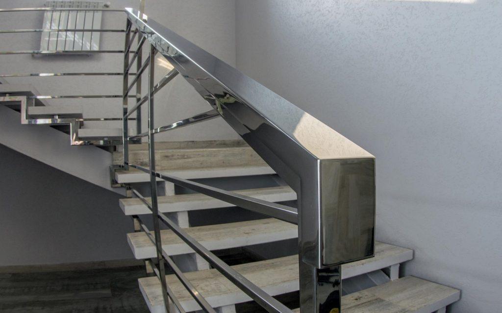 Лестница с перилами из нержавейки