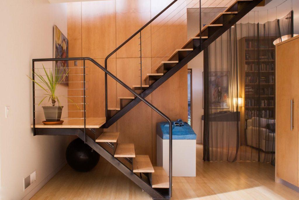 Лестница двухмаршевая из профильной трубы