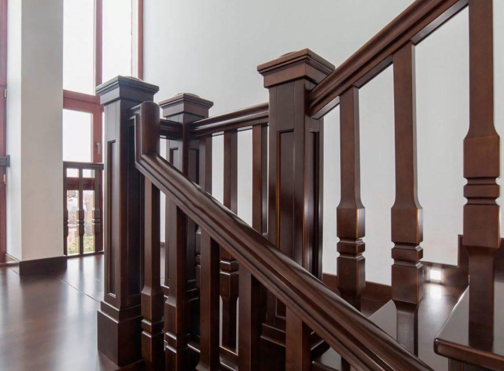 Лестница с деревянными балясинами в классическом стиле