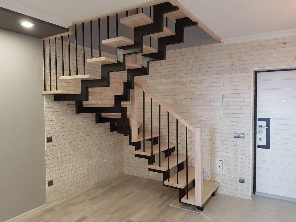 Забежная лестница на ломаных косоурах