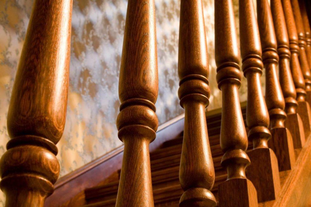 Лестница с деревянными балясинами