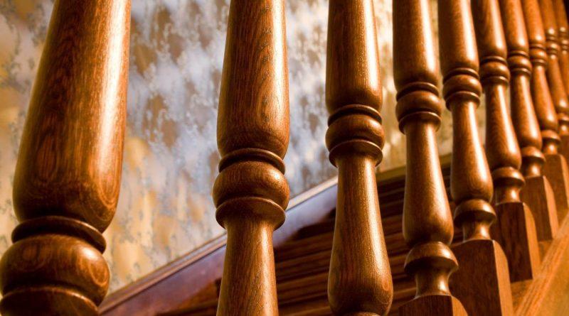 Как самостоятельно установить балясины на лестницу: способы крепления и особенности монтажа в фото
