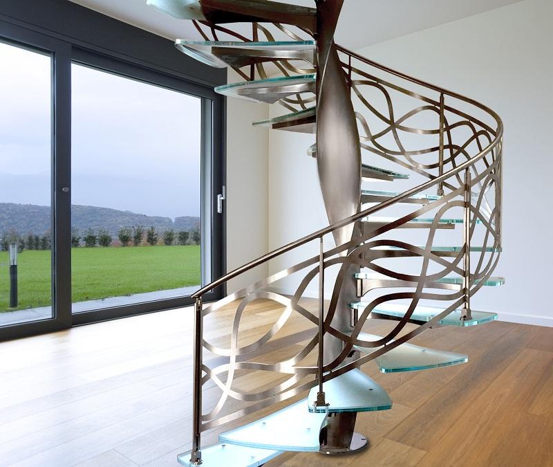 Стильная винтовая лестница со стеклянными ступенями