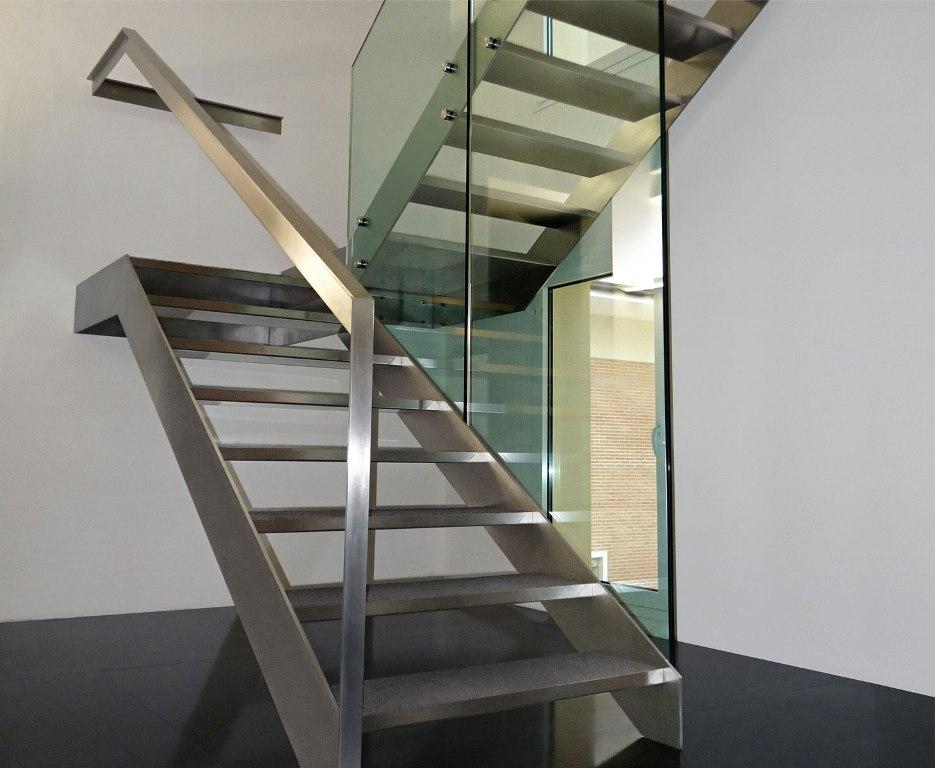 Двухмаршевая лестница из нержавеющей стали