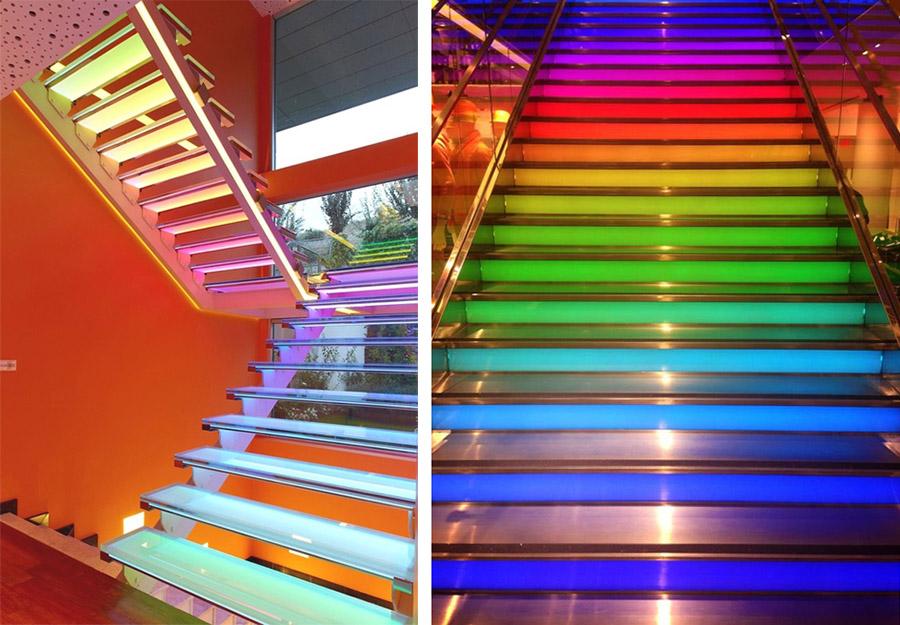 Цветная стеклянная лестница с подсветкой