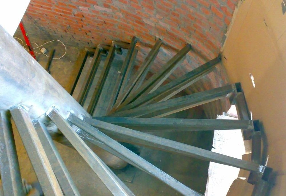 Винтовая лестница из профильной трубы своими руками