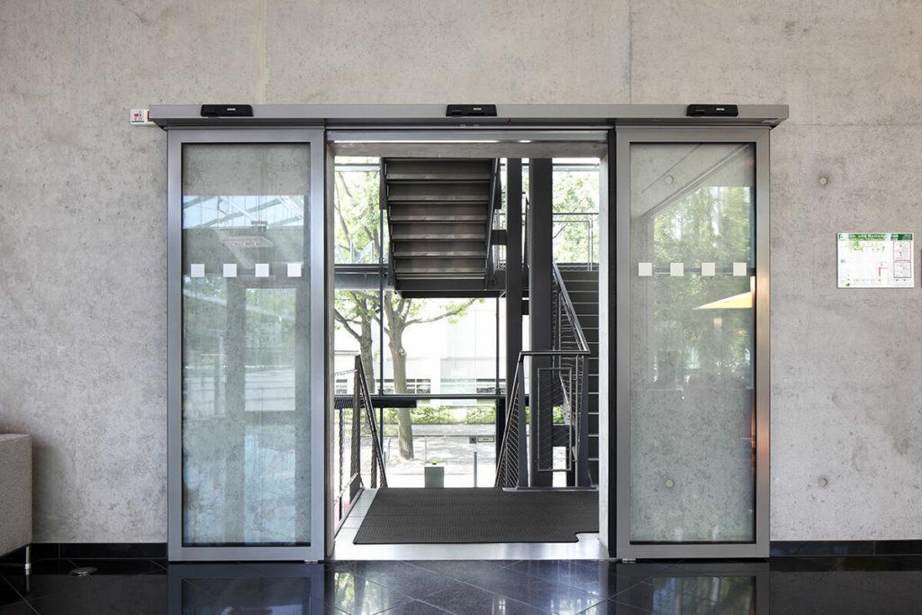 Преимущества входных алюминиевых дверей и их конструктивные особенности [советы по выбору]