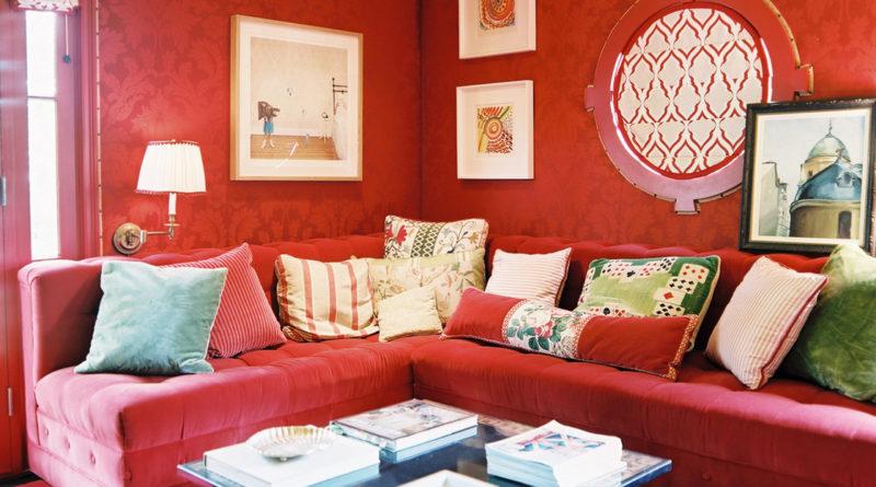 - спальня требует осторожности в использовании этого цвета; его переизбыток в отделке стен может навеять тоску, но если подобрать верное сочетание, этот цвет станет хорошим дополнением к другим оттенкам; - чересчур насыщенные тона не подходят для оформления больших площадей стен; если хочется, например, выбрать изумрудно-зеленые обои, ковер, потолок, римские шторы, стены, то пусть это будет очень светлый или зелено-серый тон. - комната с зелеными обоями маленького размера станет похожей на коробочку, ведь зеленый не принадлежит к цветам, какие зрительно расширяют пространство; здесь нужно соблюдать меру; это правило уместно, когда оформляется ванная, туалет.