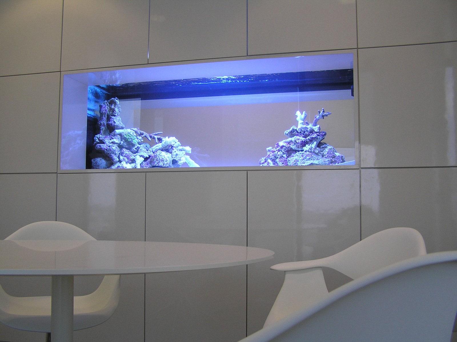 Как вписать аквариум в интерьер гостиной