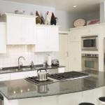 Встроенный холодильник – как экономить метры в кухне