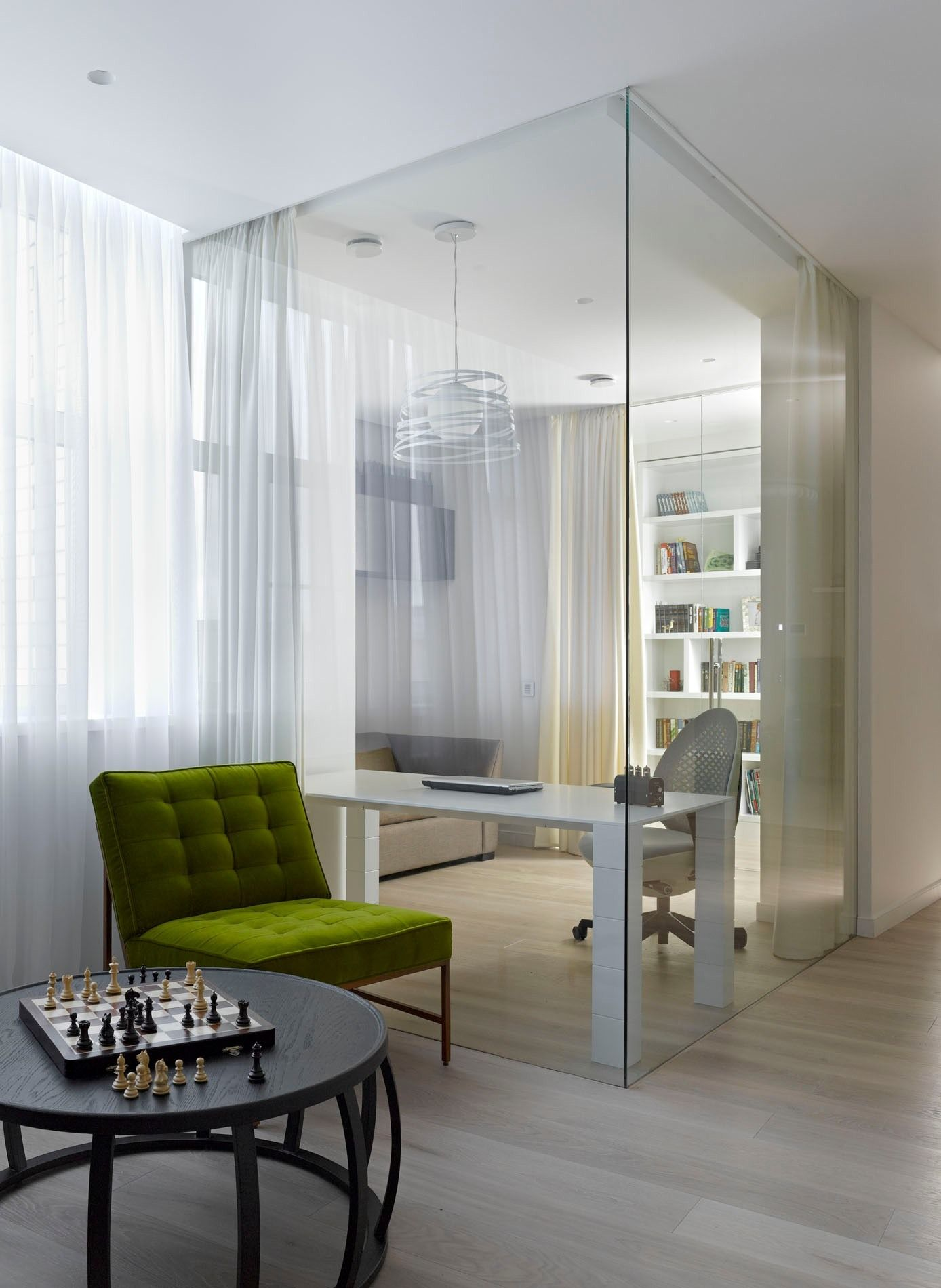 Стильные стеклянные перегородки в интерьере