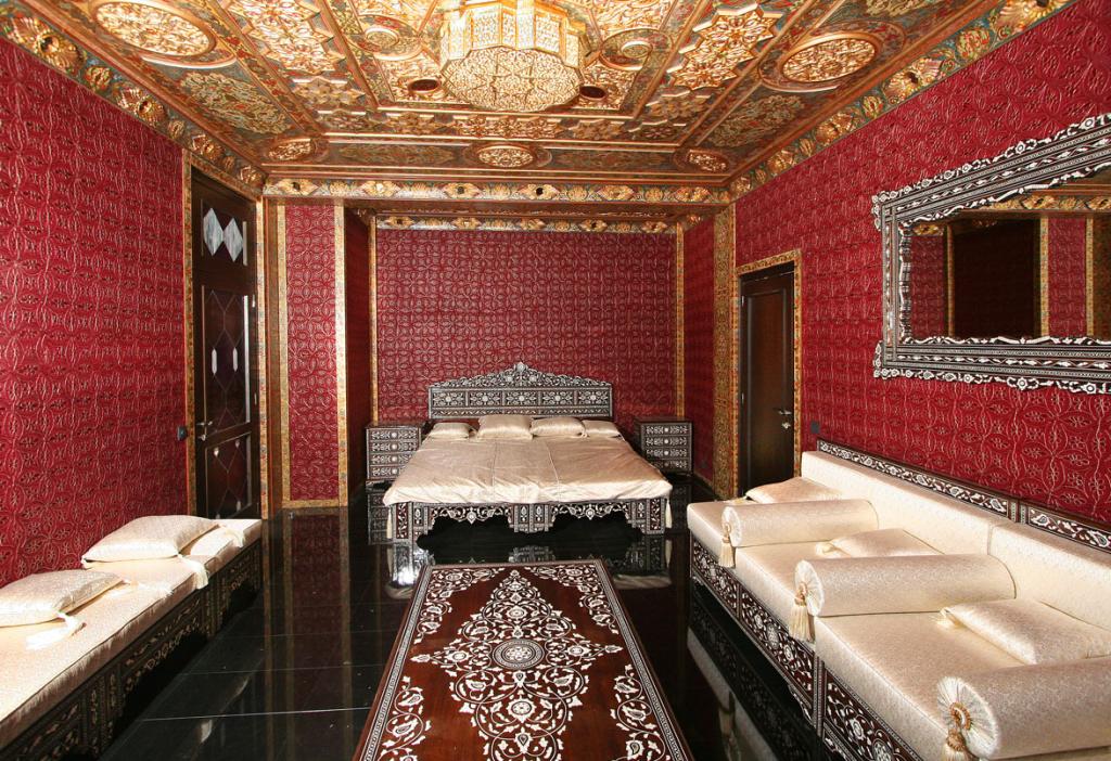 Красные стены с арабскими узорами в интерьере