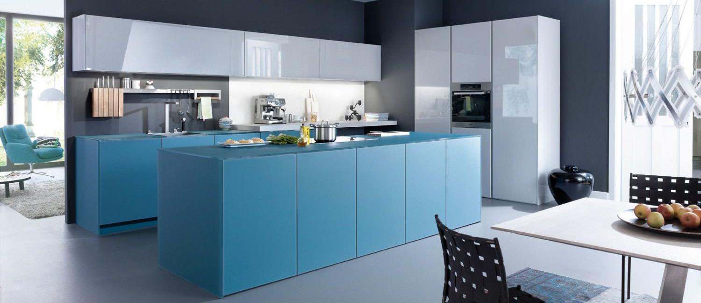 Интерьер кухни с синими акцентами