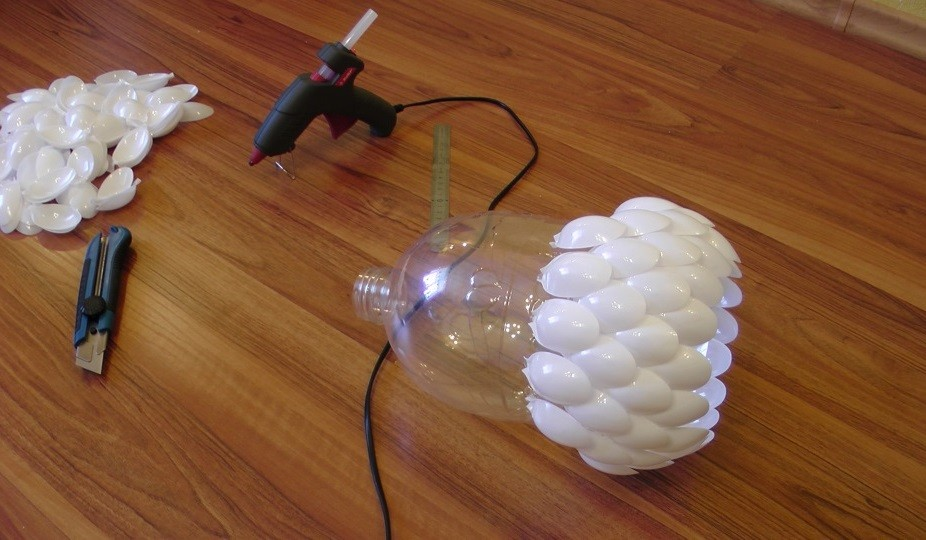 Светильник из пластиковых ложек