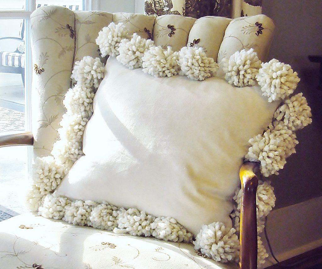 Подушка с помпонами