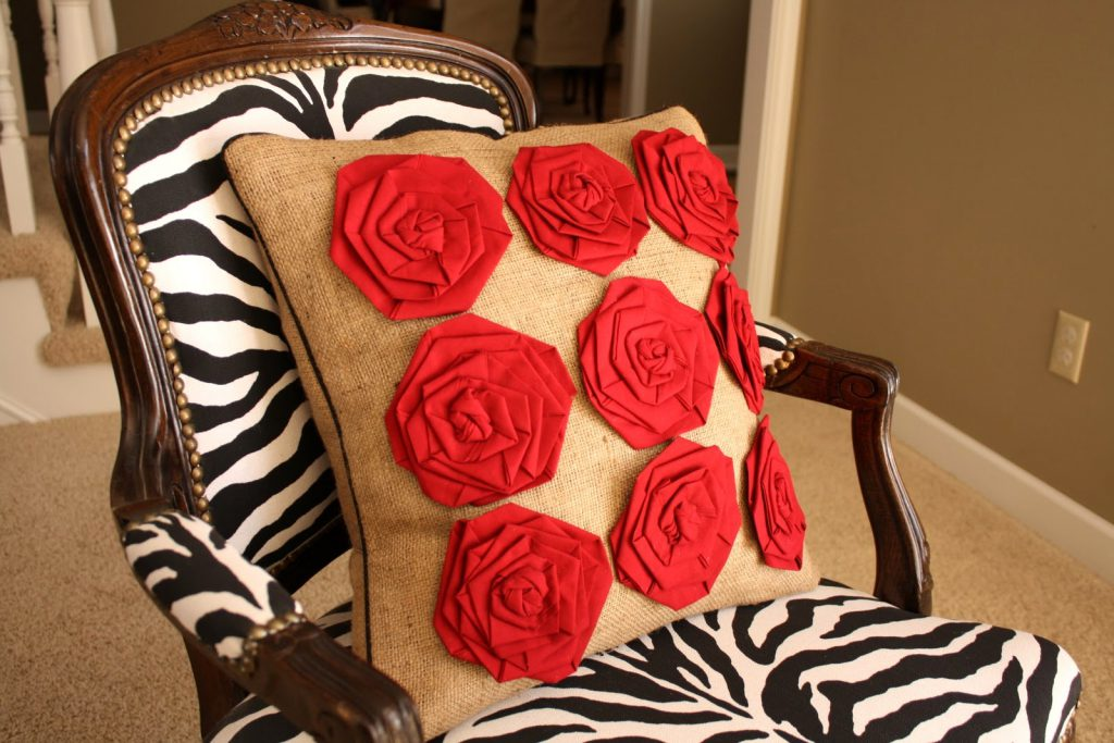 Подушка с декоративными цветами