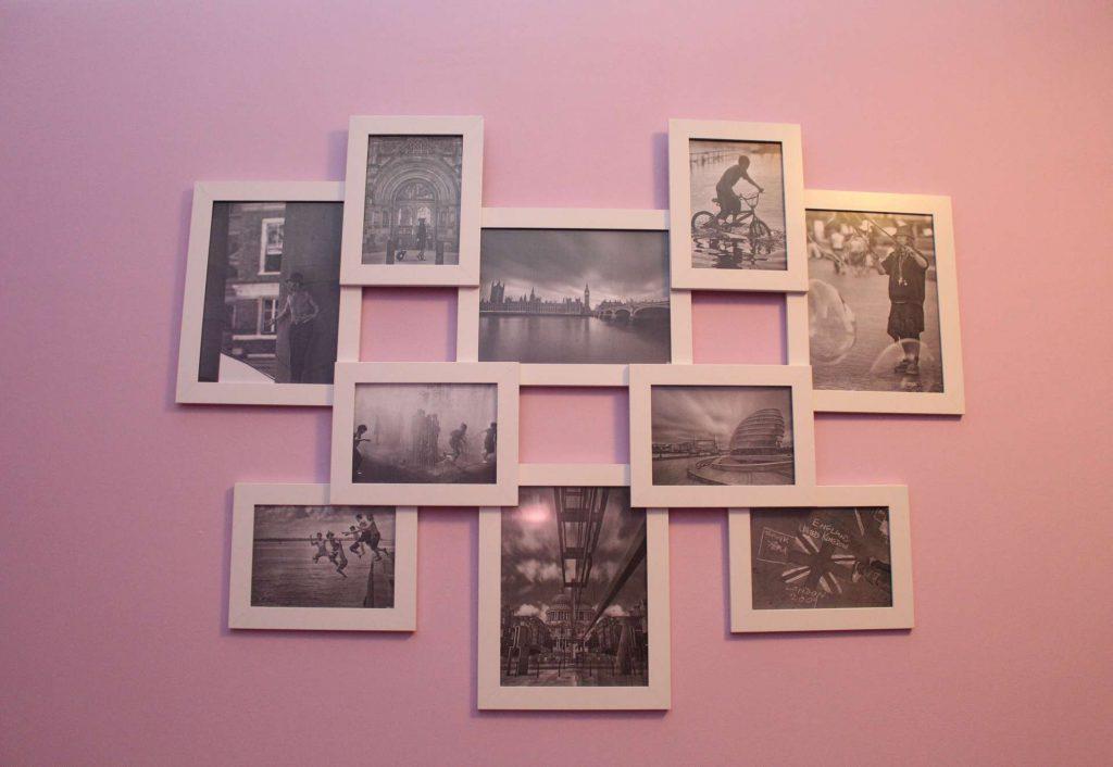 Фотоколлаж с рамками на стене