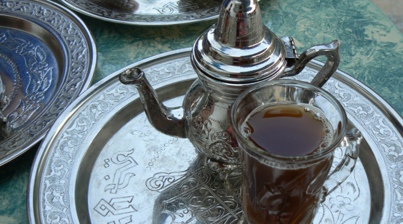 Поднос и чайник в марокканском стиле