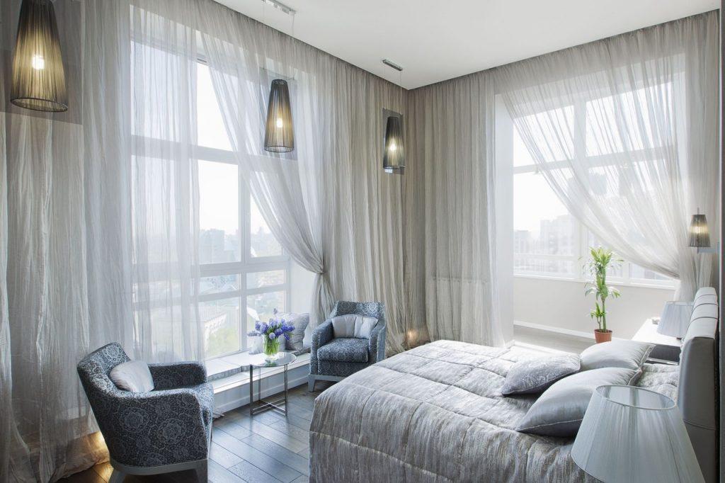 Шторы в спальню с балконом