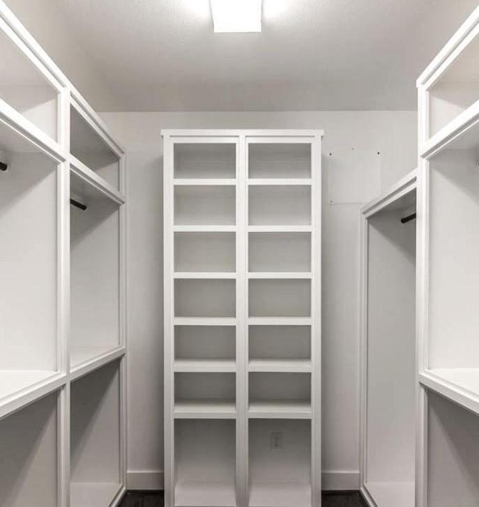 Корпусная гардеробная система в кладовке