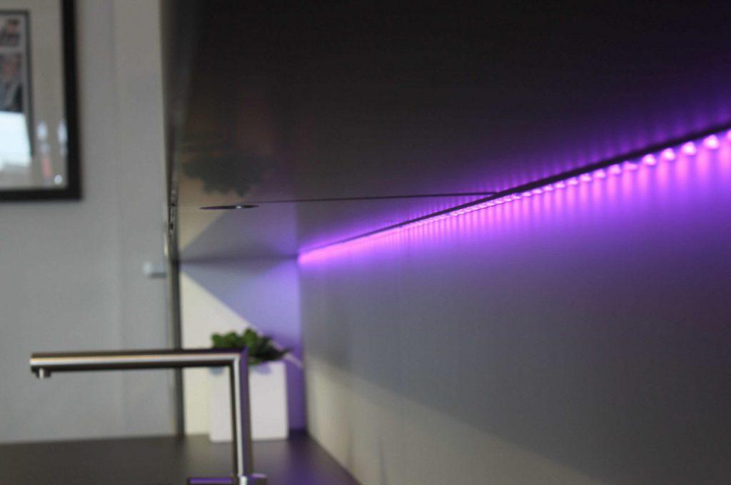Светодиодная лента под кухонными шкафчиками