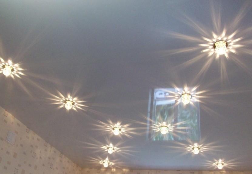 Крестообразное расположение точечных светильников
