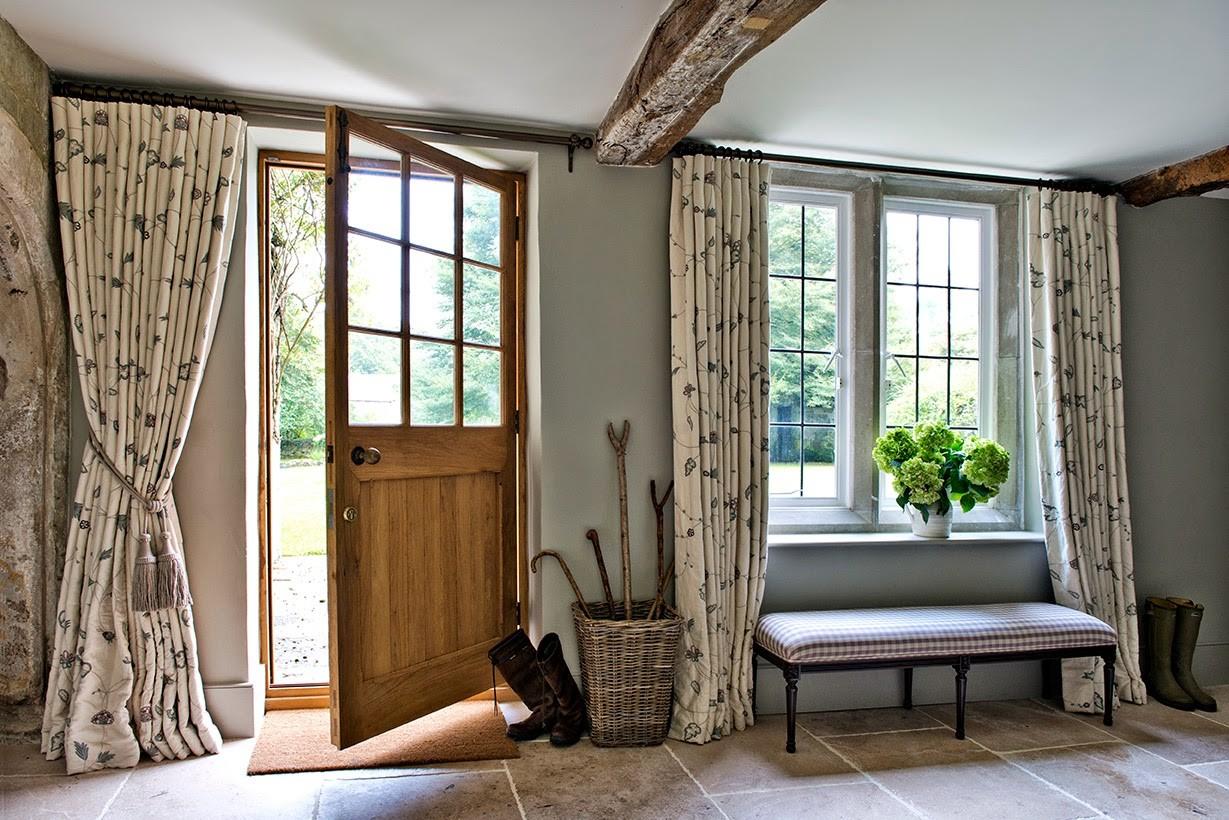Как подобрать шторы на дверь: идеи для любой комнаты (+42 фото)