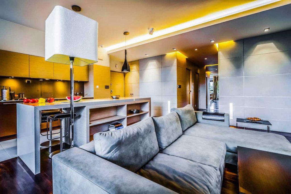 освещение в гостиной совмещенной с кухней