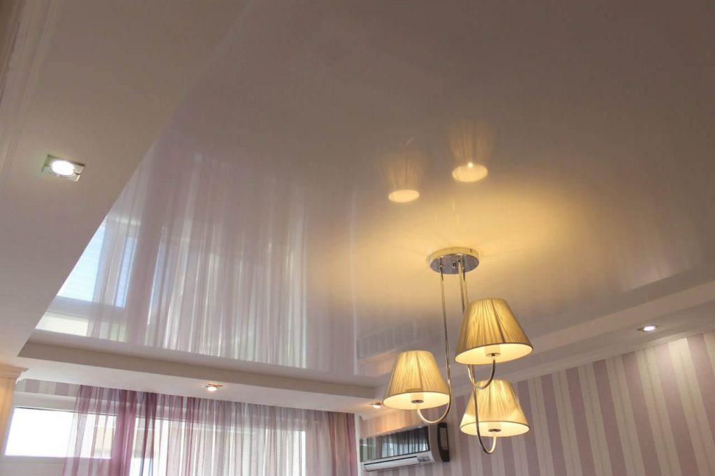 освещение в натяжном потолке в спальне
