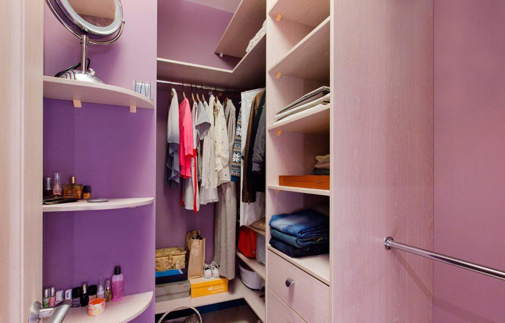 Вариант обустройства гардеробной в кладовке