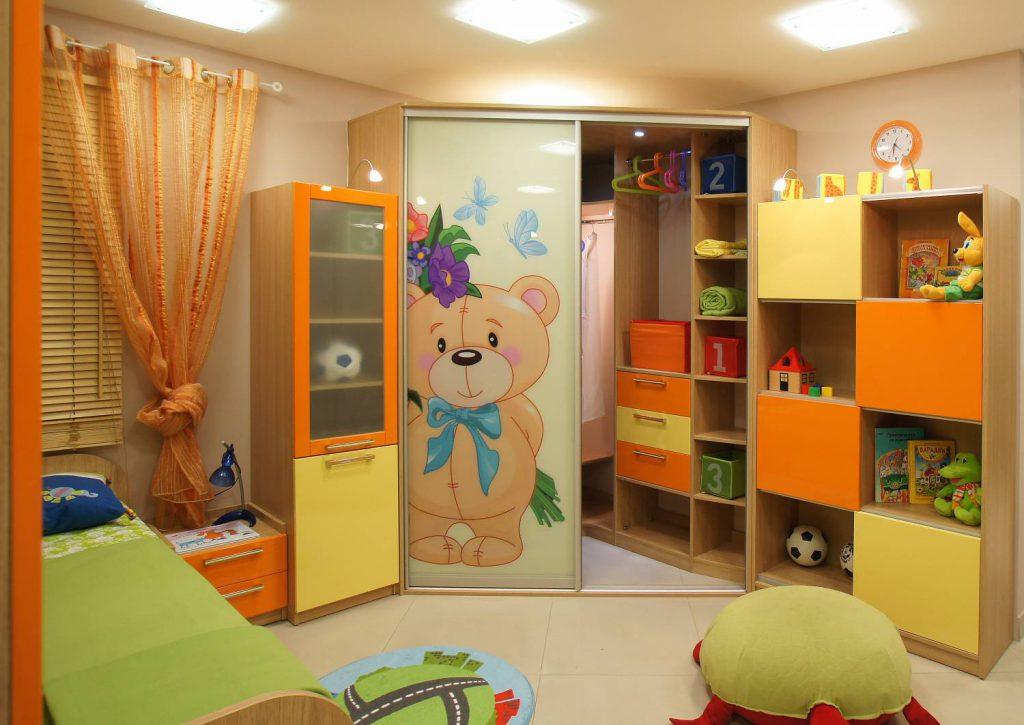 Угловой гардеробный шкаф в детской