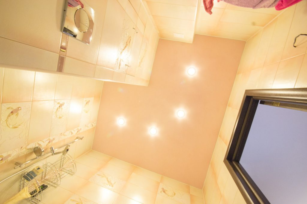 точечные светильники в ванной на потолке