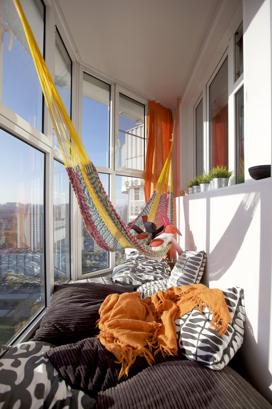Гамак в гостиной: оригинальное дополнение к интерьеру