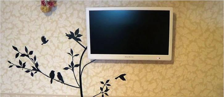 Полгода просила мужа, чтобы он спрятал провода от телевизора на стене. В итоге сама за вечер придумала интересное решение: делюсь идеей