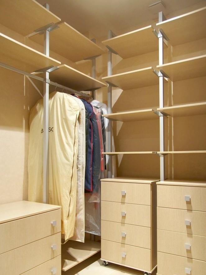 Каркасная гардеробная система в кладовке