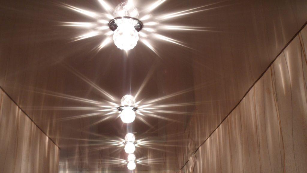 Точечное освещение натяжного потолка